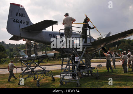 U.S. Pennsylvania Air National Guard members from the 171st Air Refueling Wing volunteer to wash aircraft displays - Stock Photo