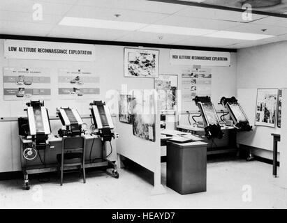 Inside the National Photographic Interpretation Center during the Cuban Missile Crisis. Here, photo interpreters - Stock Photo