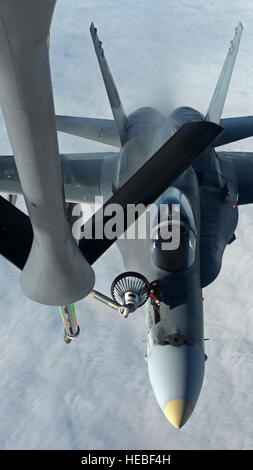 A Royal Canadian Air Force CF-18 Hornet, 425 Tactical Fighter Squadron, is refueled by a United States Air Force - Stock Photo
