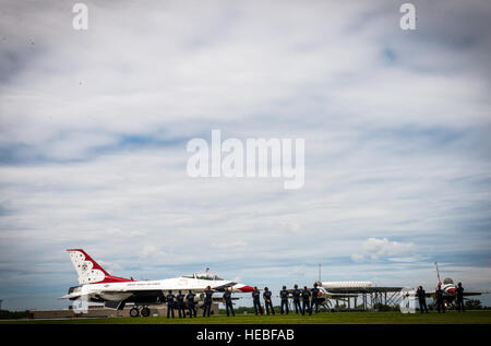 Thunderbirds maintenance personnel send off the Thunderbirds Delta Formation pilots as they taxi for take off for - Stock Photo