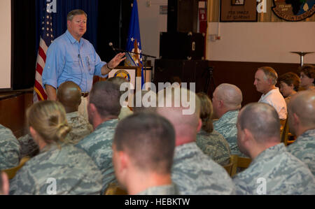 Secretary of the Air Force Michael Donley discusses Air Force topics with airmen deployed to Camp Lemonnier, Djibouti,on - Stock Photo