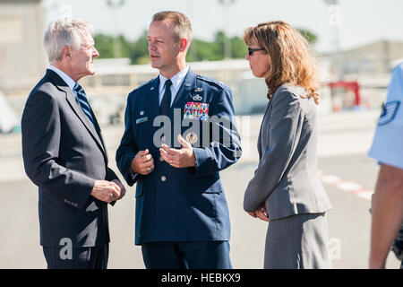 Ray Mabus, secretary of the Navy, discusses the electromagnetic aircraft launch system capabilities with Col. James - Stock Photo