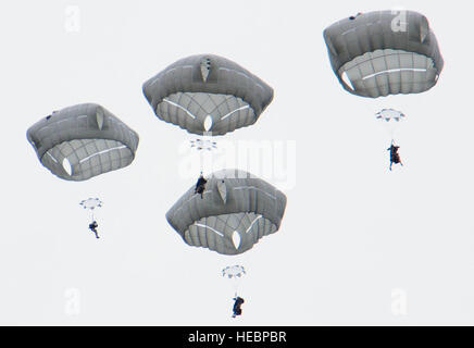 More than 400 paratroopers assigned to the 2nd Battalion, 377th Parachute Field Artillery Regiment, 4th Infantry - Stock Photo