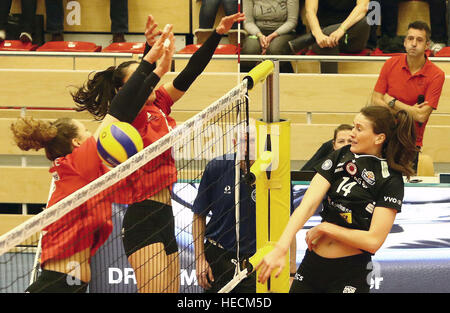December 17, 2016 - Vilsbiburg, Bavaria, Germany - right Liz McMAHON (Dresden/USA), .Women Volleyball Bundesliga - Stock Photo