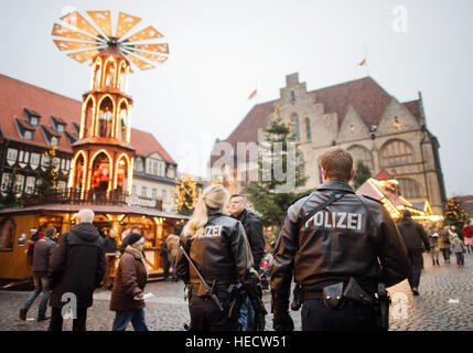 Hildesheim, Germany. 20th Dec, 2016. Heavily armed police officers on patrol at a Christmas market in Hildesheim, - Stock Photo