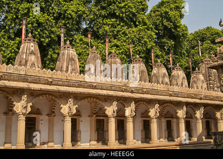 Ornately carved stonework of a colonnade surrounding the courtyard of the Hutheesing Temple in Ahmadabad, Gujarat, - Stock Photo