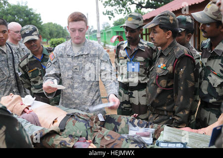 CAMP BUNDELA, India (Oct. 12, 2009) – Cpl. Kevin Zeitler, emergency care specialist, Headquarters and Headquarters - Stock Photo