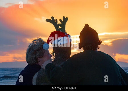 Sunset over Crosby, Liverpool, UK. 22nd Dec 2016. Weather.  A mother & son enjoy some Christmas time together visiting - Stock Photo