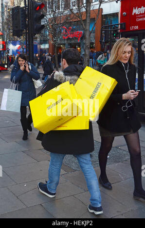 London, UK. 22nd Dec, 2016. Shoppers in Oxford street. Shoppers undetered and the West End of London is busy despite - Stock Photo