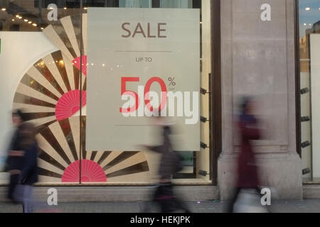 London, UK. 22nd Dec, 2016. Three days to go until Christmas day, shoppers were out in force to grab a last minute - Stock Photo