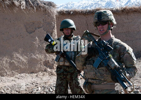 Sgt. 1st Class Kenneth Merritt (right), 2nd platoon sergeant, Crazy Horse Troop, 1st Squadron, 14th Cavalry Regiment, - Stock Photo