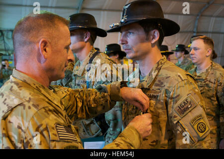 U.S. Army Col. T.J. Jamison, 82nd Combat Aviation Brigade commander, of Broken Arrow, Okla., awards U.S. Army Chief - Stock Photo