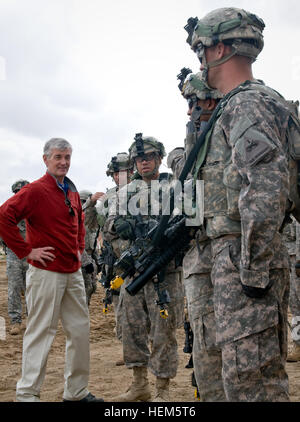 Secretary John McHugh, the 21st secretary of the Army, speaks with 2nd Heavy Brigade Combat Team, 1st Armored Division, - Stock Photo