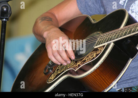 """Kid Rock performs a rendition of """"Sweet Home Alabama,"""" originally by Lynyrd Skynyrd, during a performance at the - Stock Photo"""