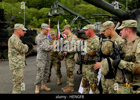 Col. John DiGiambattista, commander of 1st Brigade Combat Team, 1st Cavalry Division, shakes hands with an infantry - Stock Photo
