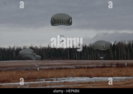 Paratroopers with U.S. Army Alaska's 4th Infantry Brigade Combat Team (Airborne), 25th Infantry Division, descend - Stock Photo