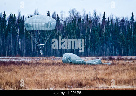 A paratrooper with U.S. Army Alaska's 4th Infantry Brigade Combat Team (Airborne), 25th Infantry Division, descends - Stock Photo