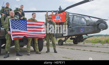 Lithuanian Land Forces Soldiers assigned to the Iron Wolf Brigade, left, and United States Army Soldiers assigned - Stock Photo