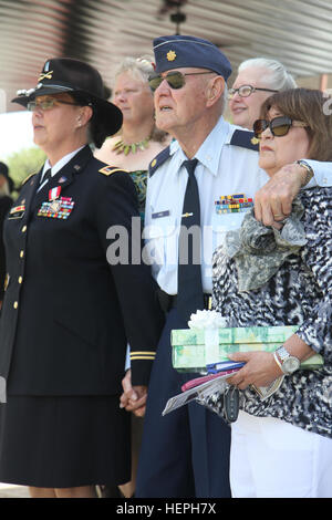 Chief Warrant Officer 5 Jeanne Pace (left), former bandmaster for the 1st Cavalry Division Band, and her father, - Stock Photo