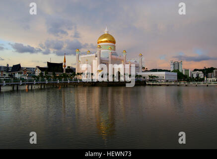 Completed in 1958, Masjid Omar Ali Saifuddien – named after the 28th Sultan of Brunei (the late father of the current - Stock Photo