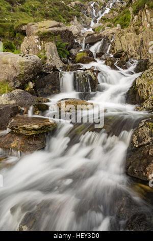 A waterfall along Nant Bochlwyd flows from Llyn Bochlwyd leading into Llyn Ogwen, Snowdonia. - Stock Photo