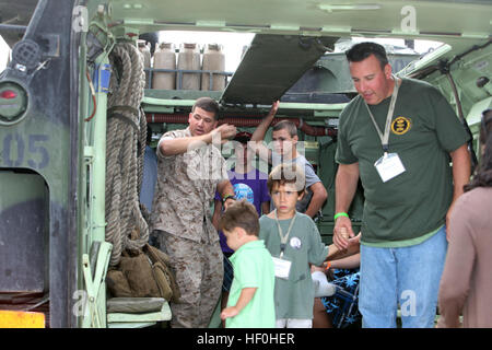 MARINE CORPS BASE CAMP PENDLETON, Calif. – Employees and family members of the Jackson Lewis law firm tour the inside - Stock Photo