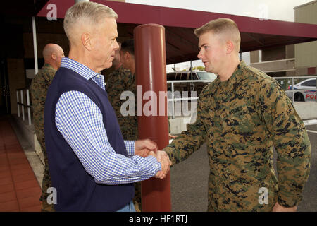 The 35th Commandant of the Marine Corps, Gen. James F. Amos, left, shakes hands with Cpl. Andrew Strunk before departing - Stock Photo