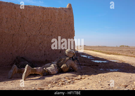 Lance Cpl. Nathan Chandler, a Logan, Ohio, native and machine gunner with 1st Battalion, 9th Marines, covers an - Stock Photo