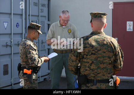Mark Murphy, an instructor at the Marine Corps Police Academy West, leads two Marines in an evidence-gathering exercise - Stock Photo