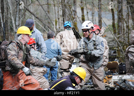 Rescue workers search for missing people in Oso, Wash., March 26, 2014. U.S. Service members with the Washington - Stock Photo