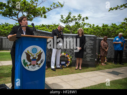 U.S. Navy Lt. Yonina E. Creditor, far left, offers a prayer to remember and honor the fallen U.S. service members - Stock Photo