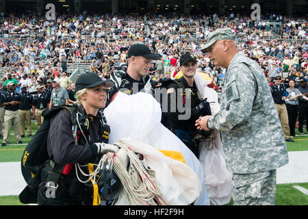 U.S. Army Chief of Staff Gen. Ray Odierno presents members of West Point's Golden Knight Parachute Team with his - Stock Photo