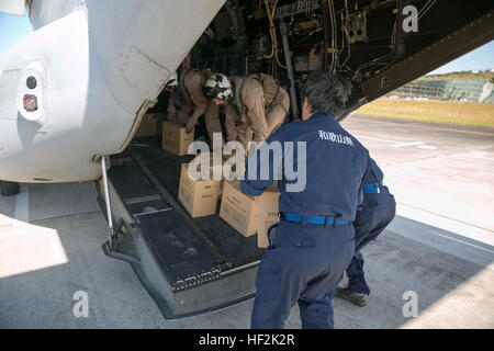 Members of the Wakayama Prefectural Government and U.S. Marines load food and supplies onto an MV-22B Osprey tiltrotor - Stock Photo