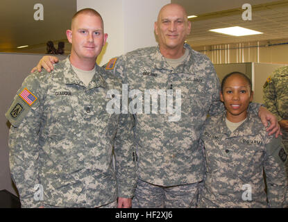 Chief of Staff of the Army Gen. Raymond T. Odierno poses for a photo with Staff Sgt. Mark Giauque, the early warning - Stock Photo