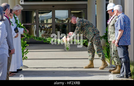 Col. Eric W. Schaefer (center), commanding officer of Marine Corps Base Hawaii, unties the maile lei as Navy Capt. - Stock Photo