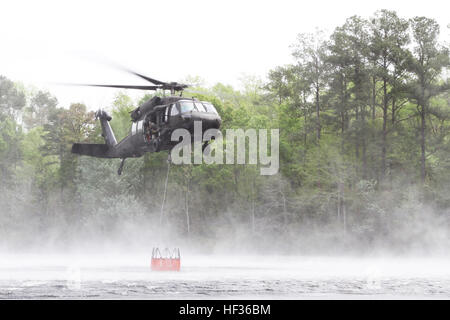 South Carolina National Guard Soldiers and Aviators from the 2-151st Security and Support Aviation Battalion use - Stock Photo