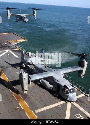 100119-M-6001S-013 PORT-AU-PRINCE, Haiti (Jan. 19, 2010) Two MV-22 Ospreys from Marine Medium Tiltrotor Squadron - Stock Photo