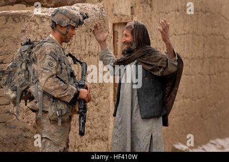Private First Class Michael Elliott, Charlie Company 2508 Task Force Furry, talks with Mohammad Dode, a village - Stock Photo