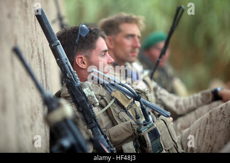 U.S. Marines with Bravo Company, 1st Reconnaissance Battalion, 1st Marine Division (Forward), take a security pause - Stock Photo