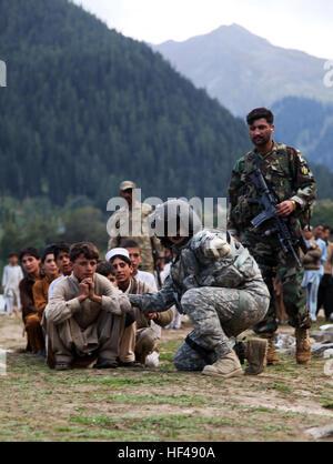 Local Pakistani kids await to be evacuated on a CH-60 Blackhawk in Khyber - Pakhtunkhwa, Pakistan, Sept. 13. The - Stock Photo