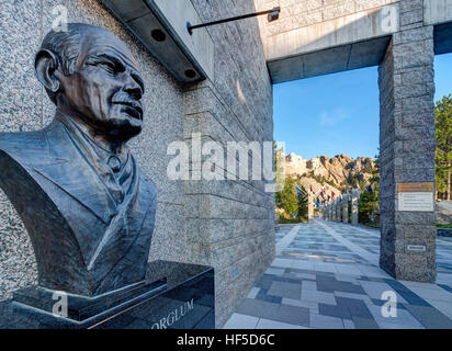 Mount Rushmore National Memorial Visitor's Center with portrait bust of Gutzon Borglum sculptor of Mt Rushmore, - Stock Photo