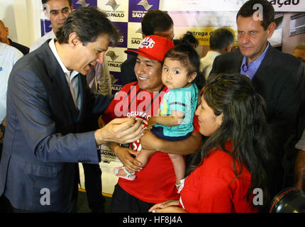 SÃO PAULO, SP - 29.12.2016: ENTREGA DE APARTAMENTOS DA PRIMEIRA PPP - Pictured Mayor Fernando Haddad makes family for key delivery. Governor Geraldo Alckmin delivered on the morning of Thursday (29), at Rua São Caetano in downtown São Paulo, 126 apartments of the first Public-Private Partnership (PPP) in the country housing for low-income families. They attended the event Mayor Fernando Haddad and the mayor elected John Doria. (Photo: Aloisio Mauricio/Fotoarena) Stock Photo
