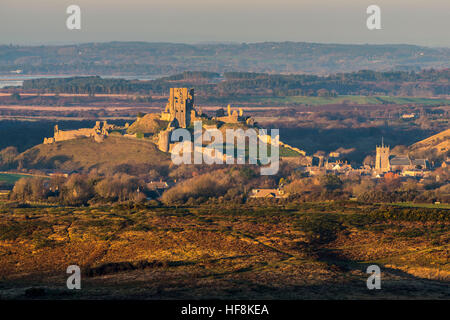 Corfe Castle, Dorset, UK.  29th December 2016.  UK Weather.  The last rays of sunshine illuminate the ruins of Corfe - Stock Photo