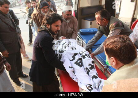 PAKISTAN: Dec30 - Local people worker Shifting Injured in hospital - Stock Photo