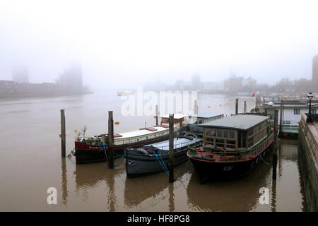 London, UK. 30th December 2016. A persistent fog covered the Thames area of London, triggering a pollution alert. - Stock Photo