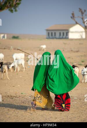 Two young Somali girls walking to school in rural Somalia - Stock Photo