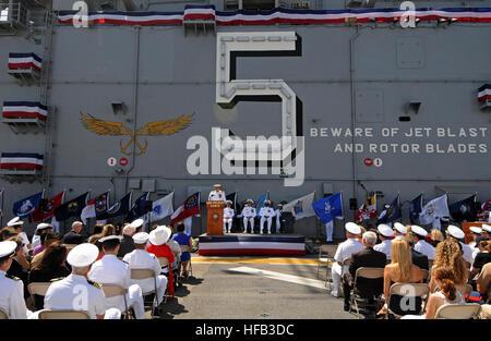 SAN DIEGO (June 6, 2014) – Capt. Clinton A. Carroll address the crew during commander, Amphibious Squadron (COMPHIBRON) - Stock Photo