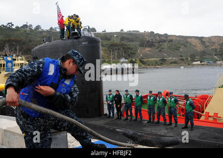 120306-N-HG315-001  SAN DIEGO (March 6, 2012) Line handlers take in lines cast ashore from the submarine USS Topeka - Stock Photo