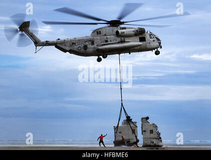 110408-M-IX060-001 KANEOHE BAY, Hawaii (April 8, 2011) Sailors assigned to Mobile Diving and Salvage Unit (MDSU) 1, Company 15, direct a CH-53D Sea Stallion helicopter as it lifts sections of another CH-53D Sea Stallion helicopter. The halved helicopter was forced to make an emergency landing in the bay March 29 and killed one of the crewmen and injured the other three. (U.S. Marine Corps photo by Lance Cpl. Tyler Main/Released)  - Official U.S. Navy Imagery - Sailors direct a CH-53D helicopter as it lifts sections of another helicopter. Stock Photo