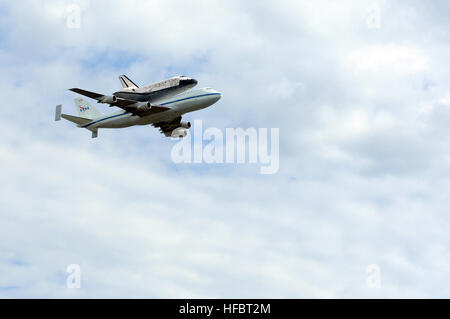 120417-N-EV723-013 WASHINGTON (April 17, 2012) The space shuttle Discovery attached to its 747 transport passes - Stock Photo